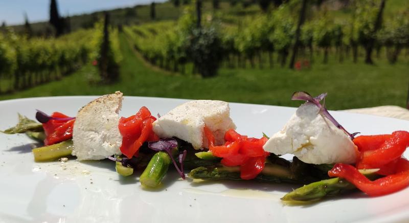 Ricotta di Pecora brogna affumicata, asparagi e peperoni marinati