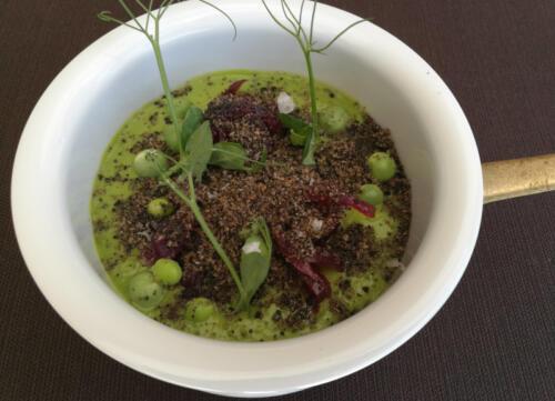 Passatina di piselli, cipolla di Tropea e polvere di pane alle olive