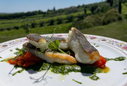 Rombo, crema di rucola, peperoni e olivelle