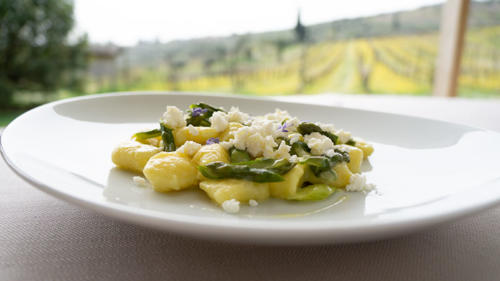 Gnocchi di patate, crema di asparagi verdie ricotta di Pecora Brogna infornata