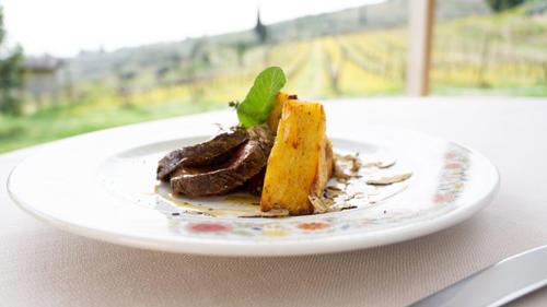 Tagliata di manzo, salsa al timo e tortino di patateal tartufo nero della LessiniaBeef cut steak, thyme sauce and potato piewith Lessinia black truffle